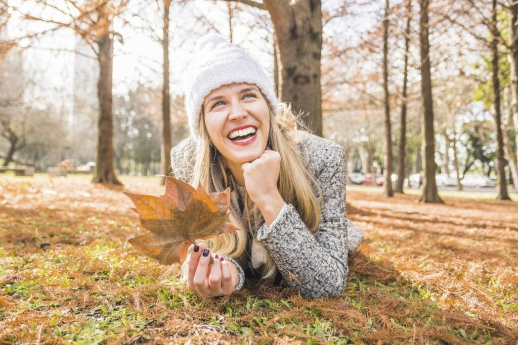 Frau mit Herbst Laub