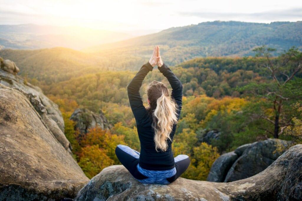 deportiva mujer practicando yoga cima montana 2103