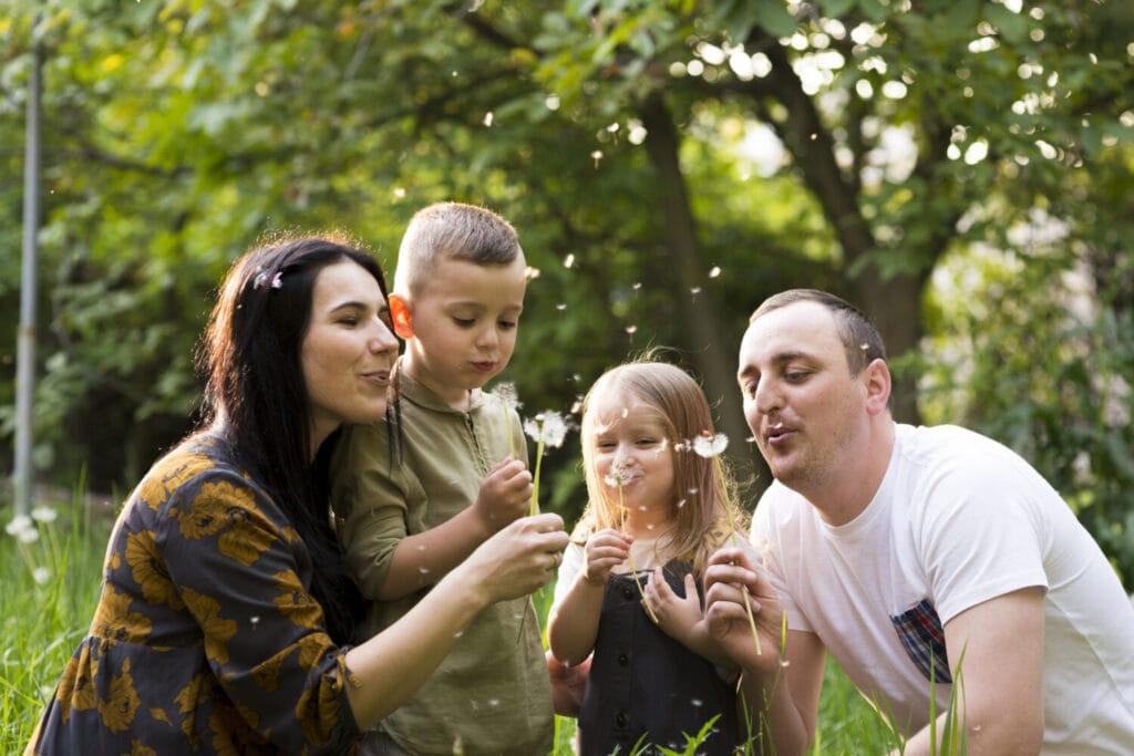 glueckliche eltern mit kindern in der natur 2517718 1