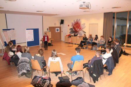 Marianne Seufert (Sparkassenbetriebswirtin, Coach) und Azubis aus verschiedenen Unternehmen der Region beim Auftakt zu Projekt