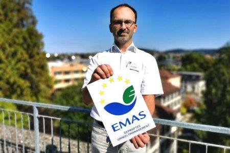 Jens Köhler, Umweltmanagement-Beauftragter der Heiligenfeld Kliniken mit dem EMAS-Siegel 2020. Foto: Kai Fraass
