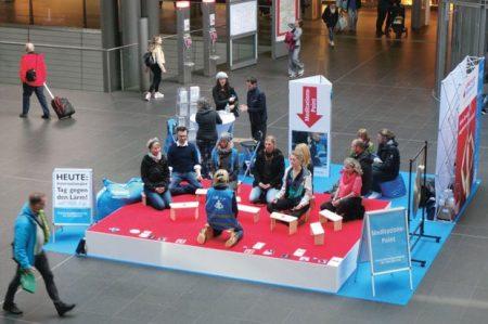 Meditation unter Anleitung im Berliner Hauptbahnhof. Foto: Kai Fraass
