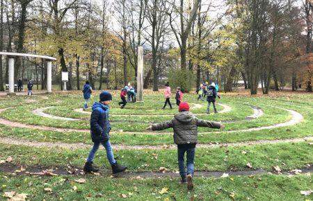 Noch vor dem Mittagessen ging's für die Schülerinnen und Schüler zum Barfußlabyrinth im Kurpark. Aufgrund der Jahreszeit behielten natürlich alle die Schuhe an. Foto: Fabienne Büchner