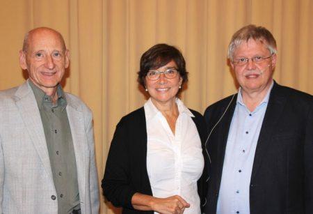 Von links: Dr. Joachim Galuska, Elisabeth Lamprecht (Arbeitskreis Psychosomatisches Versorgungsnetz Main-Rhön) und Dr. Hans Peter Selmaier. Foto: Toni Hauck