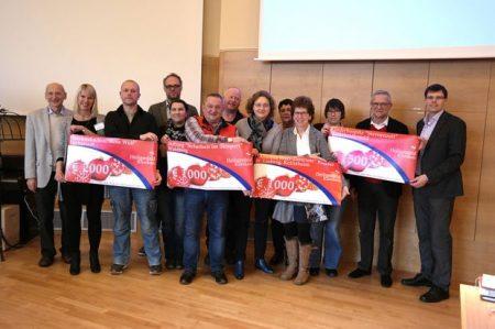Weihnachtsspendenübergabe in der Parkklinik Heiligenfeld. Unser Bild zeigt von links: Dr. Joachim Galuska (Geschäftsführer Heiligenfeld GmbH), Monja Wüscher (Heiligen-feld-Patin), René Oddoy (Herzkind e.V.