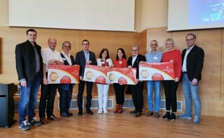 Von links: Michael Lang (Geschäftsführer Heiligenfeld GmbH), Manuel Vorndran (Helfer vor Ort, Markt Burkardroth), Anke Schneider (Patin), Stephan Schilde (Caritas Kinder- und Jugenddorf St. Anton, Riedenberg), Bettina Scheller (Patin), Katja Grob (Patin), Stefan Labus (Kindertafel e.V. Schweinfurt), Nicolai Kayser-Münzel (Pate), Maritta Düring-Haas (Christian Presl-Stiftung, Bad Kis-singen), Jörg Ziegler (Ärztlicher Direktor der Heiligenfeld GmbH). Foto: Kai Fraass